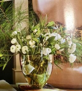Jarrón con flores frescas y ramas